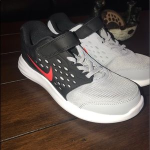 Boys size 3 Nike Lunarstelos